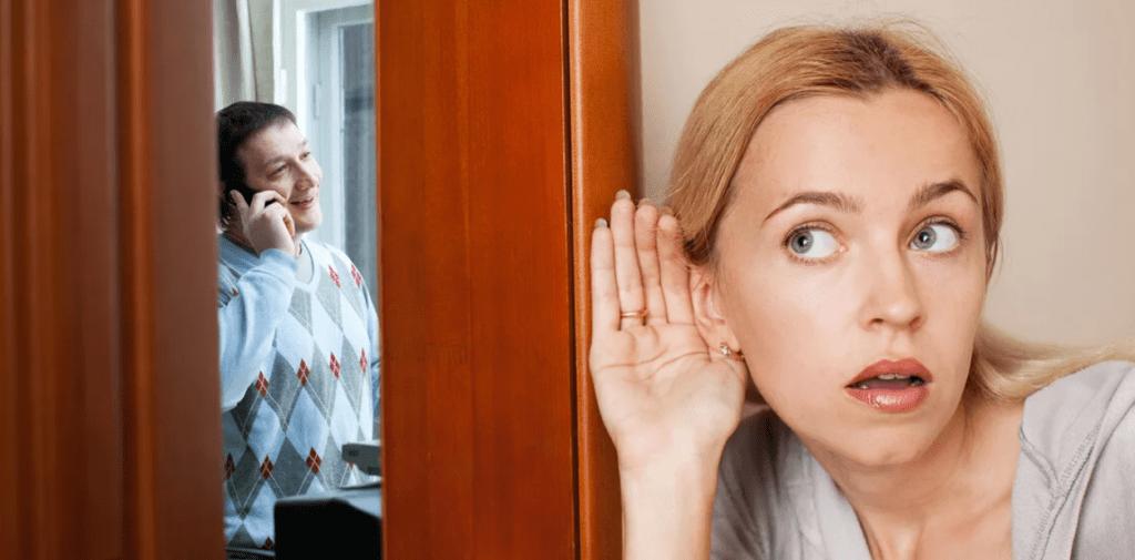 Жена подслушивает разговор мужа