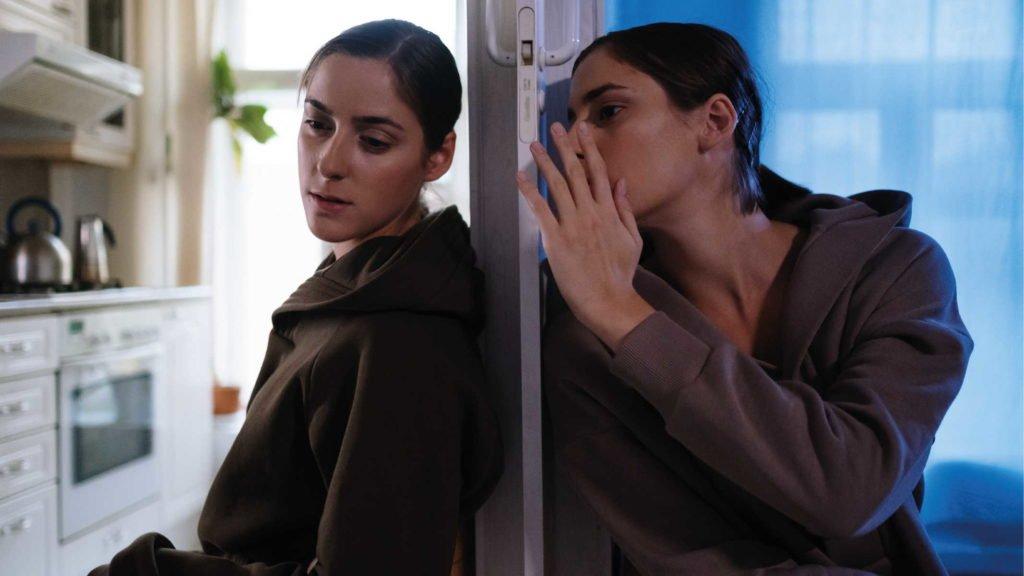 Девушка общается через дверь сама с собой