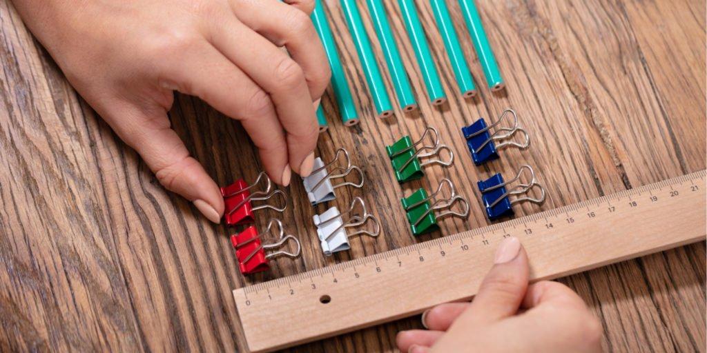 Девушка перфекционист складывает карандаши