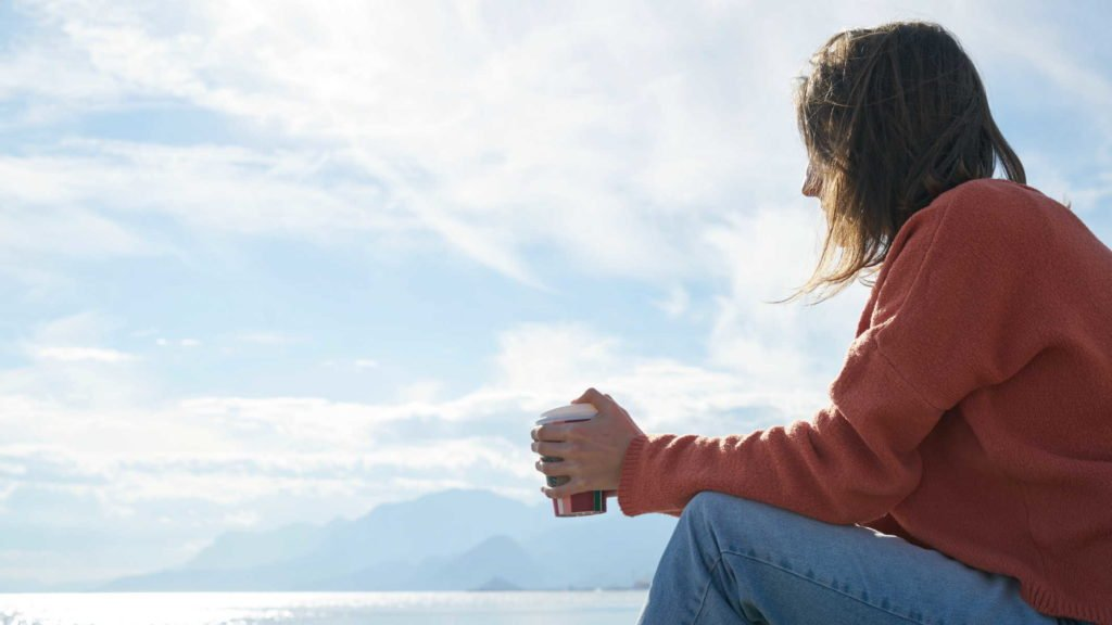 Девушка в одиночестве сидит