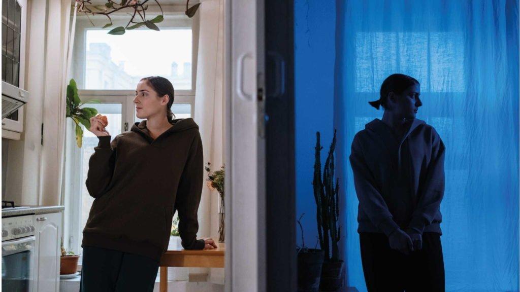 Девушка в светлой комнате и девушка в синей комнате