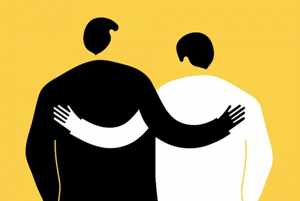Два человека обнимаются