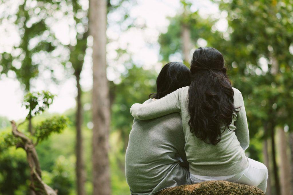 Две девушки эмпата обнимаются