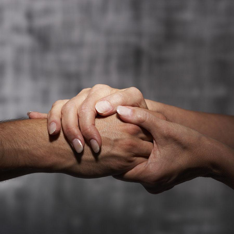 Две руки держатся друг за друга