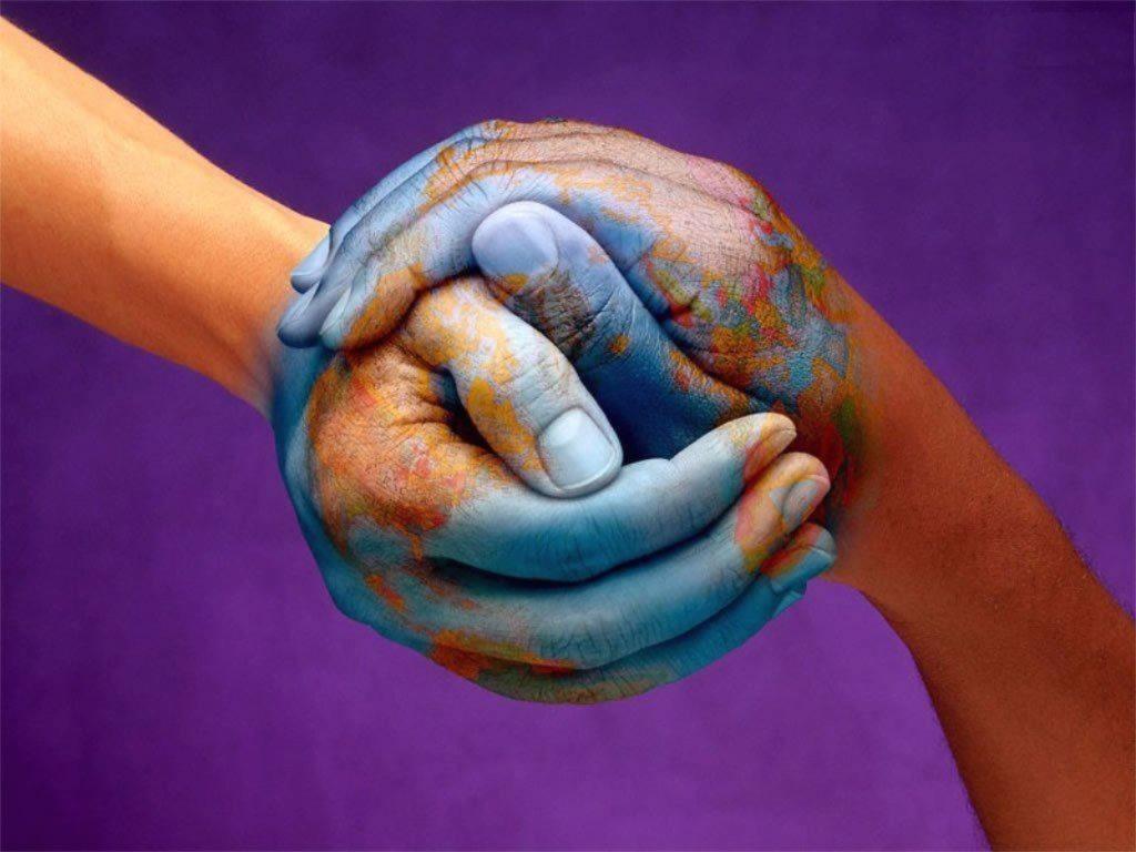 Две руки обнимают друг друга