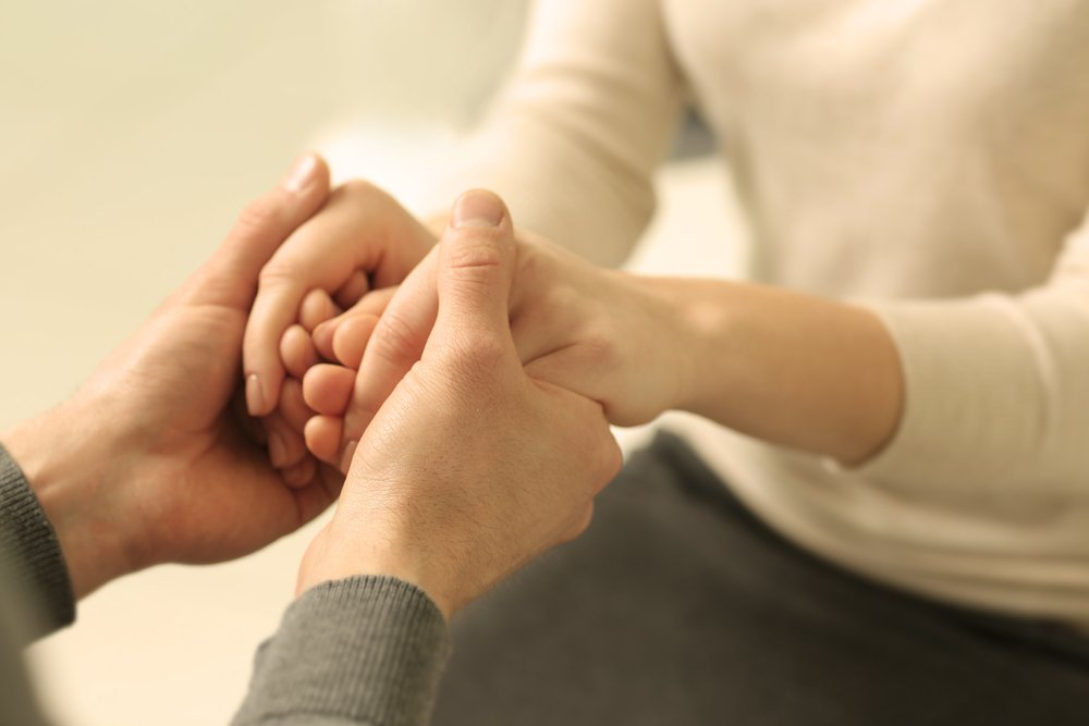 Эмпатия два человека держутся за руки