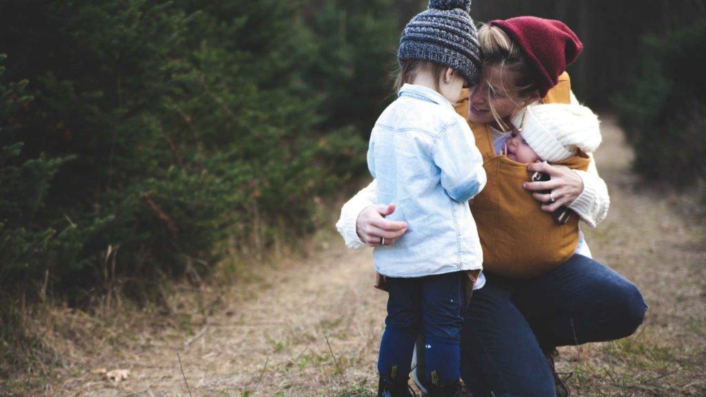 Мать на природе с двумя детьми