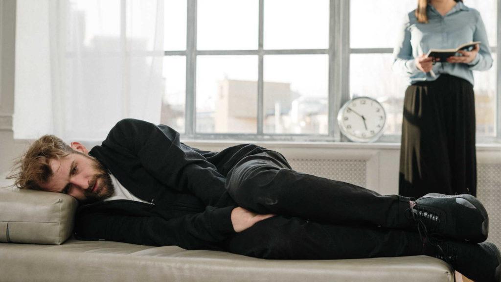 Меланхоличный мужчина на приеме у терапевта