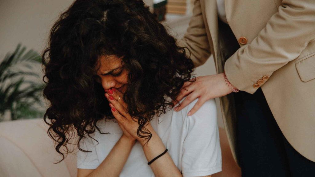 Молодая девушка плачет