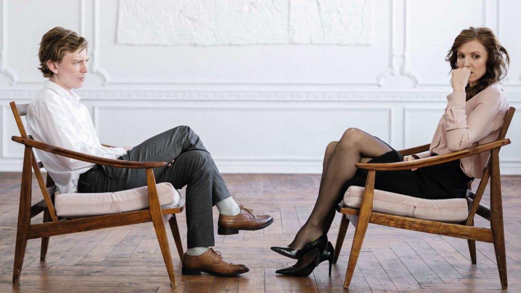 Мужчина и женщина сидят друг напротив друга