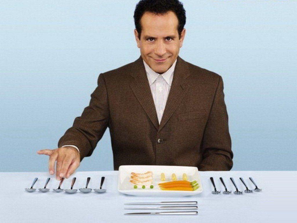 Мужчина перфекционист кушает