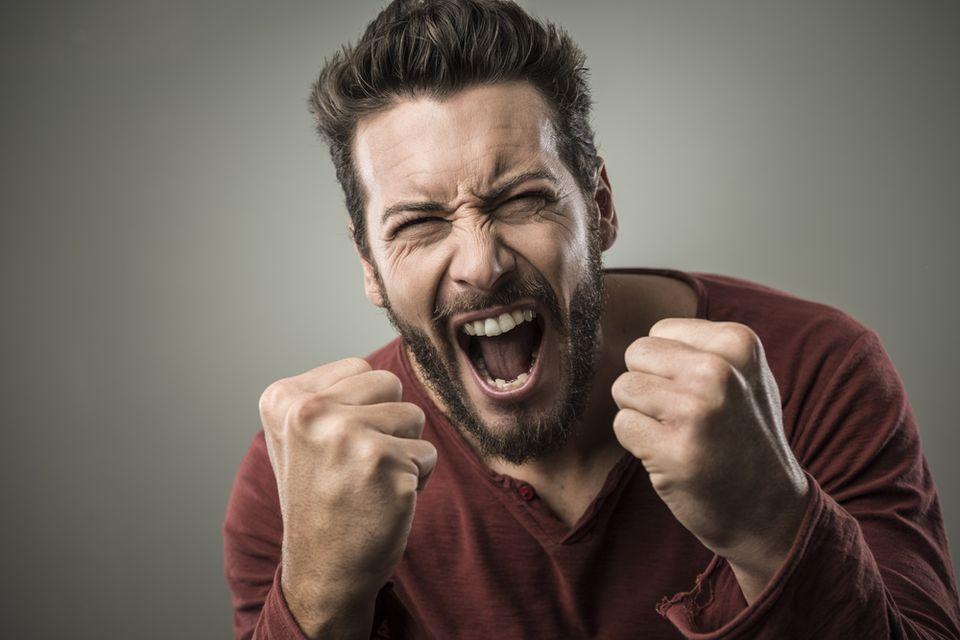 Мужчина с бородокй злится