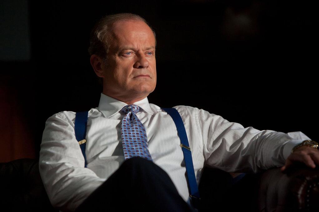 Мужчина в рубашке и галстуке сидит на кресле