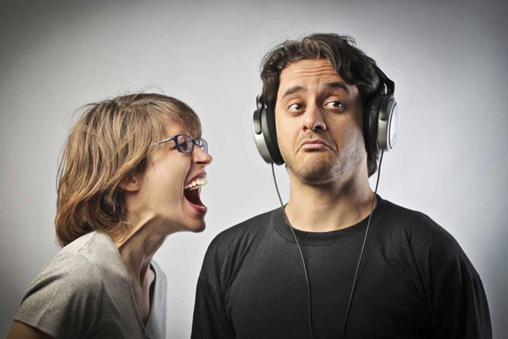 На мужчину в наушниках кричит женщина
