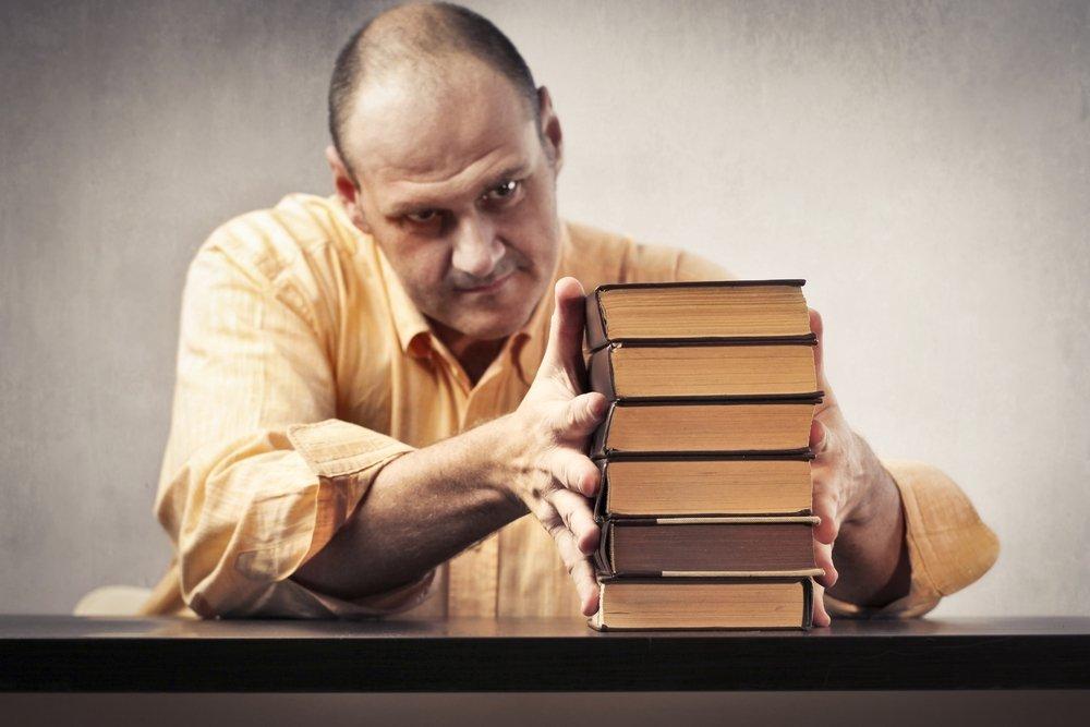 Перфекционист складывает книги в ряд