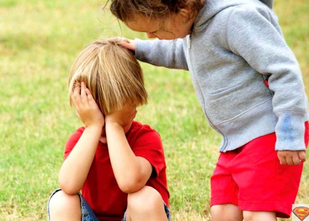 Ребенок успокаивает другого