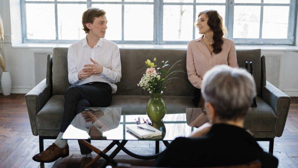 Семейная пара на приеме у психолога