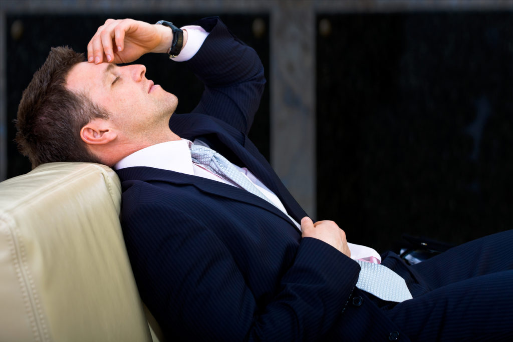 Уставший офисный работник.