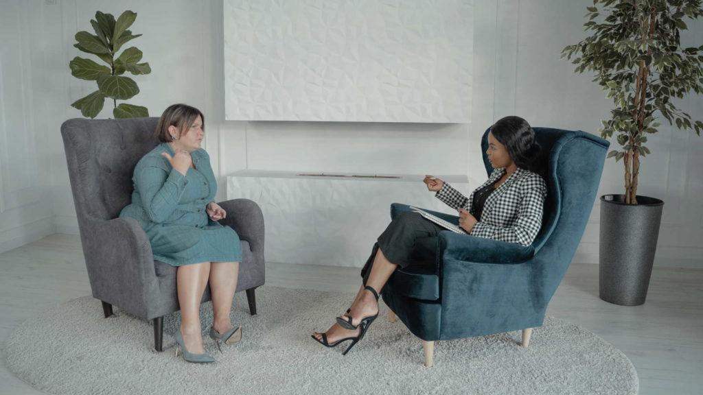 Женщина рассказывает о своих проблемах психотерапевту