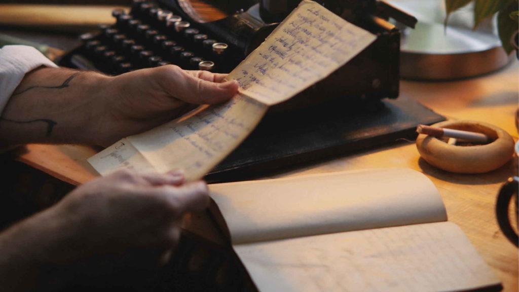 Человек читает рукописное письмо