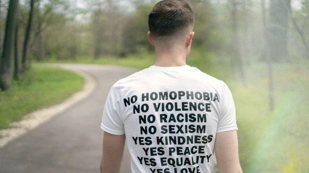 Человек с надписью на фуболке против гомофобии