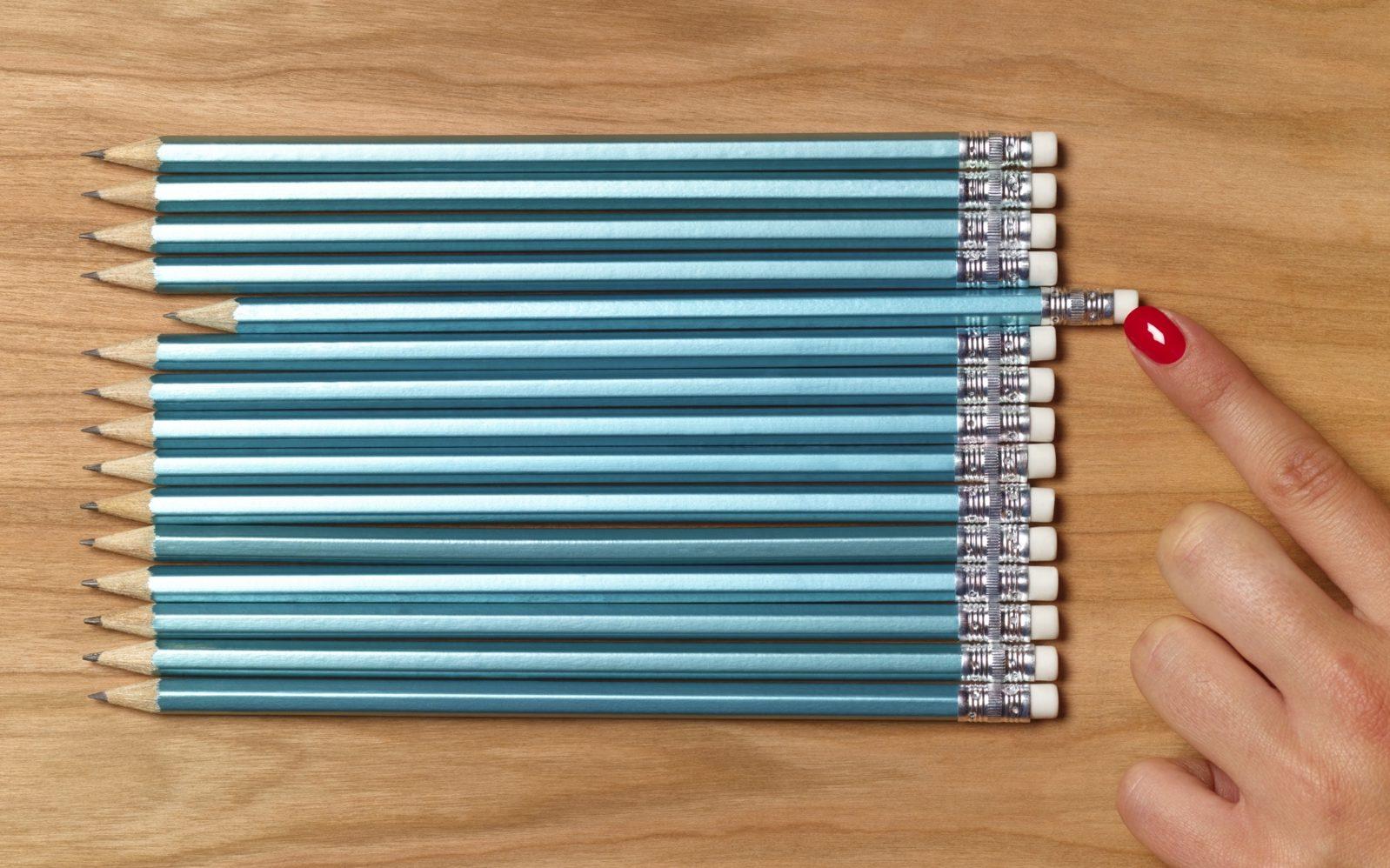 Девушка кладет ровно карандаши