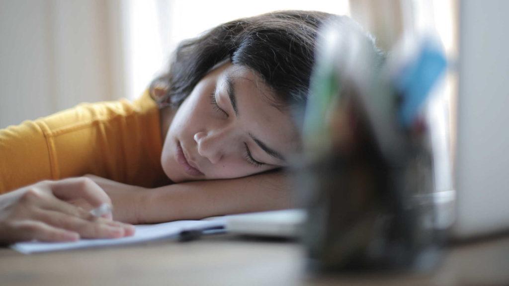 Девушка устала и заснула за компьютером