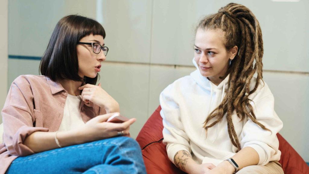 Девушки ведут разговор