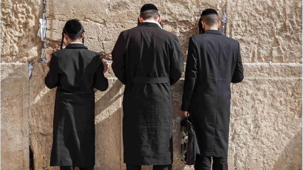 Евреи стоят у стены