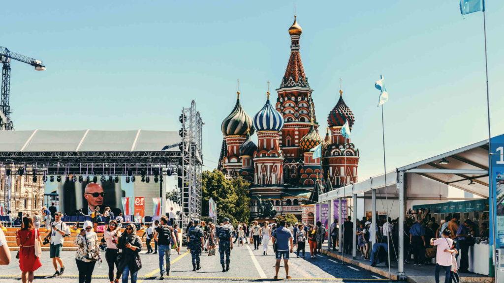Красная площадь у кремля по которой идут туристы