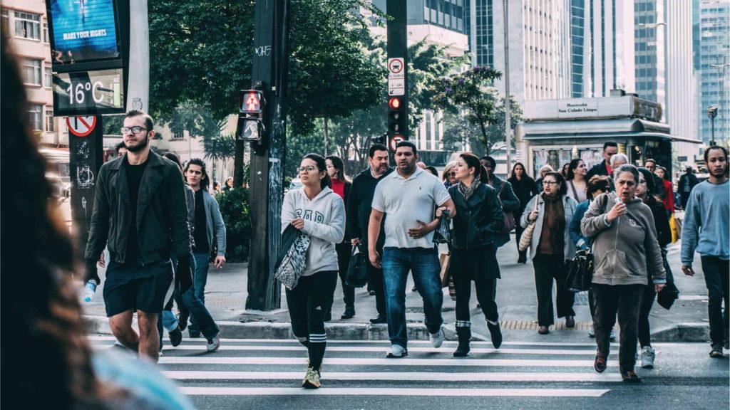 Люди идут по оживленной улице