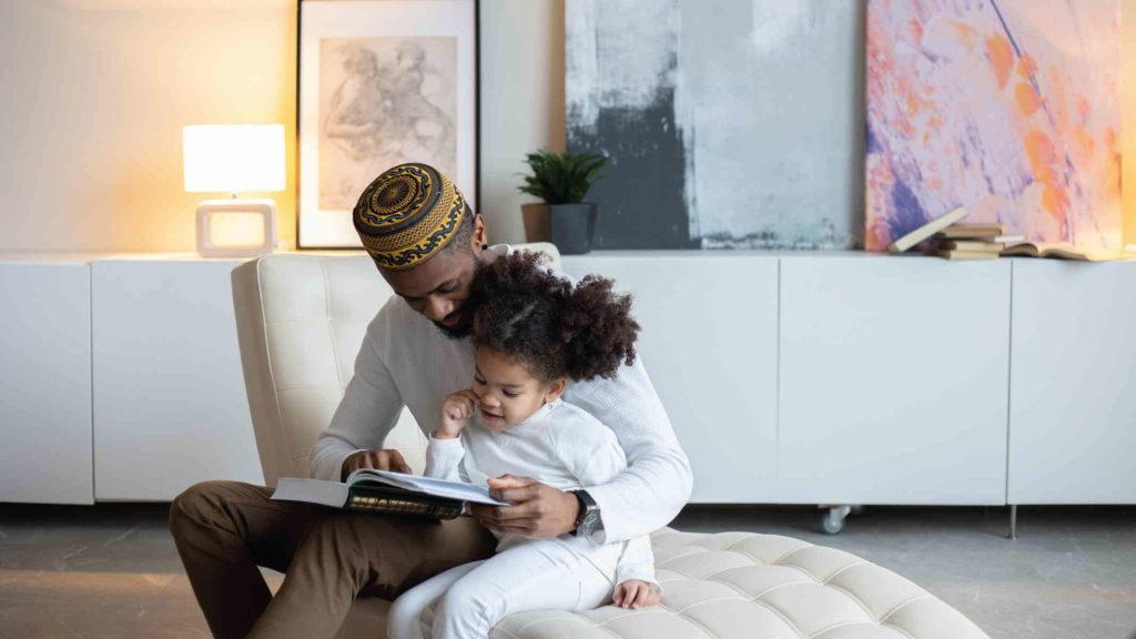 Отец учит свою дочь читать