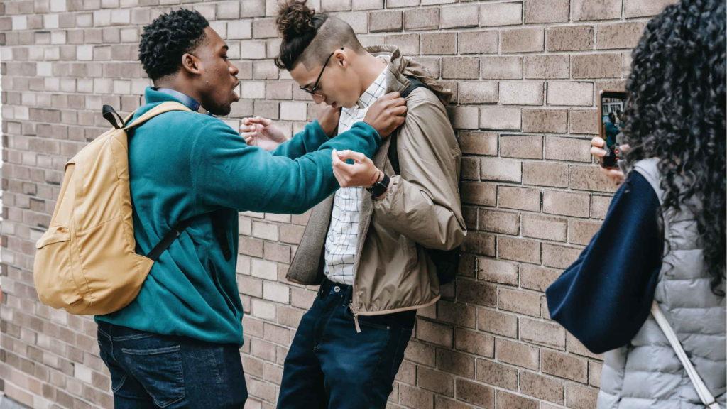 Парень напал на другого молодого человека