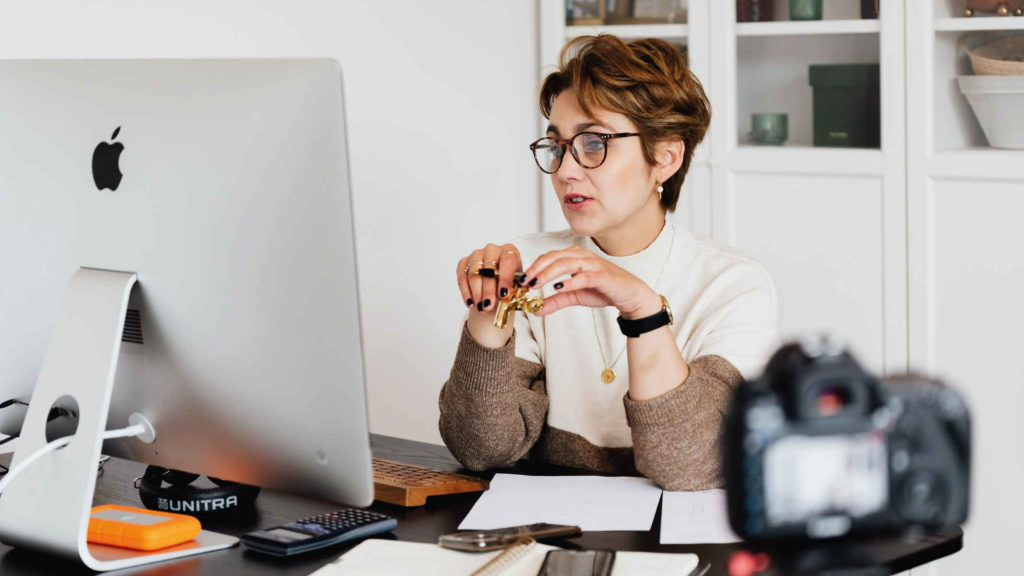 Психолог ведет коснсультацию онлайн
