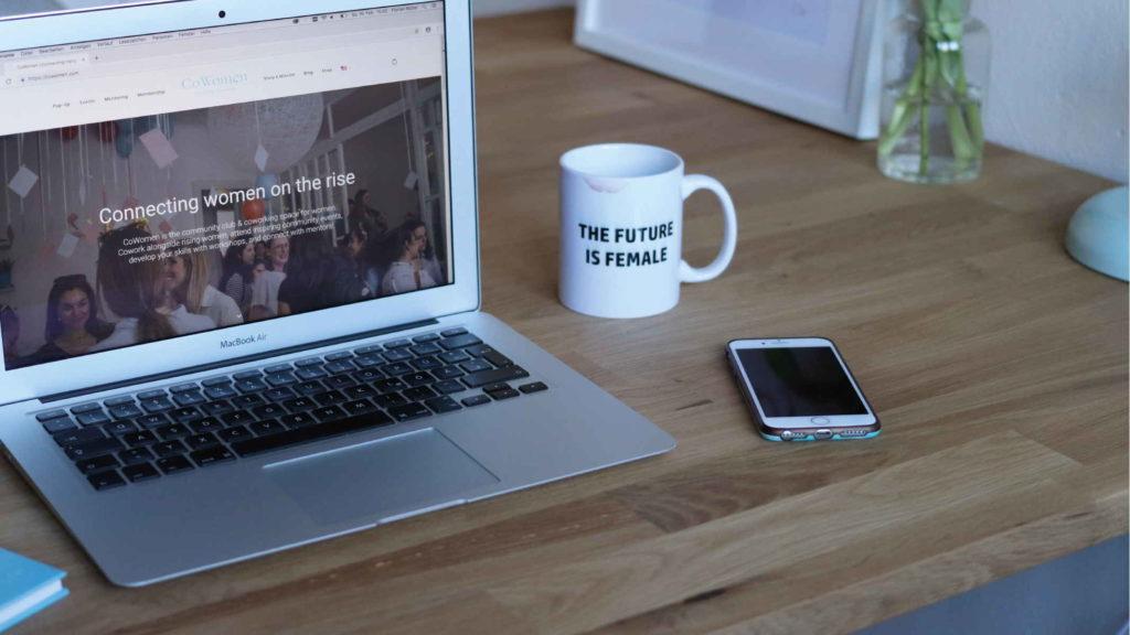 Рабочий стол феминистки ноутбук телефон и кружка