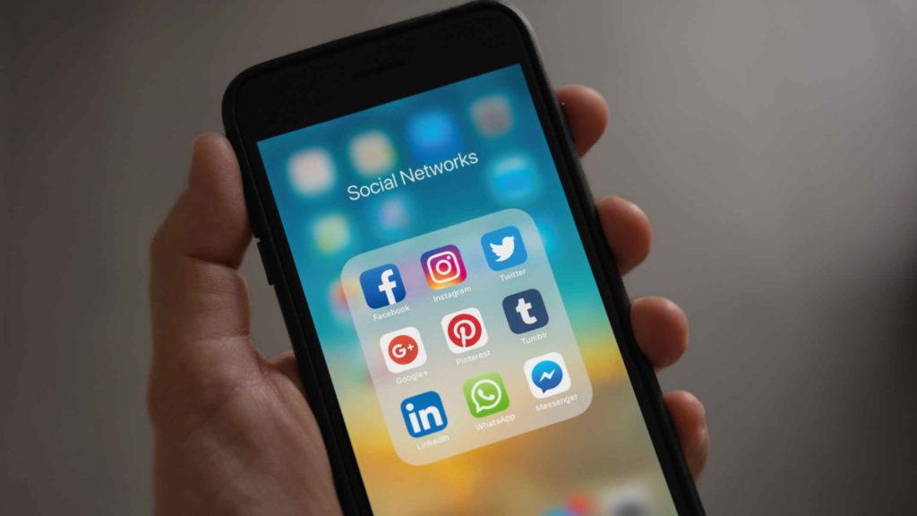 Телефон с разделом социальных сетей