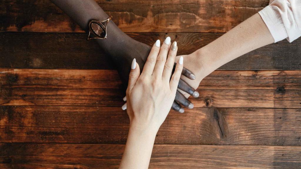 Три женщины держатся за руки