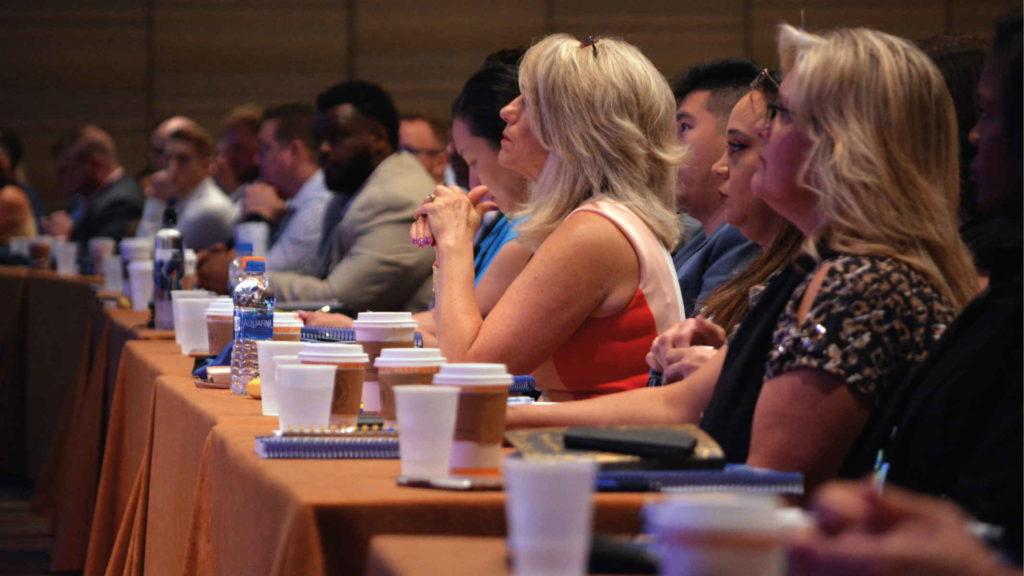 Женщины за столом сидят на политическом конгрессе
