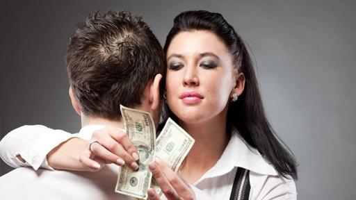 Деушка считает деньги мужчины