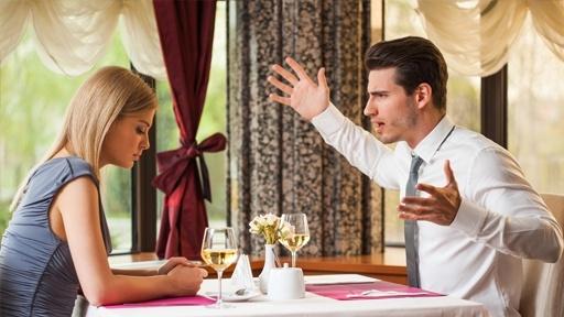 Девушка с мужчиной ругаются в ресторане