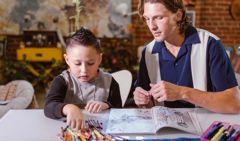 Мальчик и парень раскрашивают скетчбук