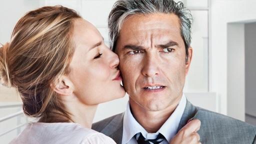 Меркантильная женщина целует мужчину