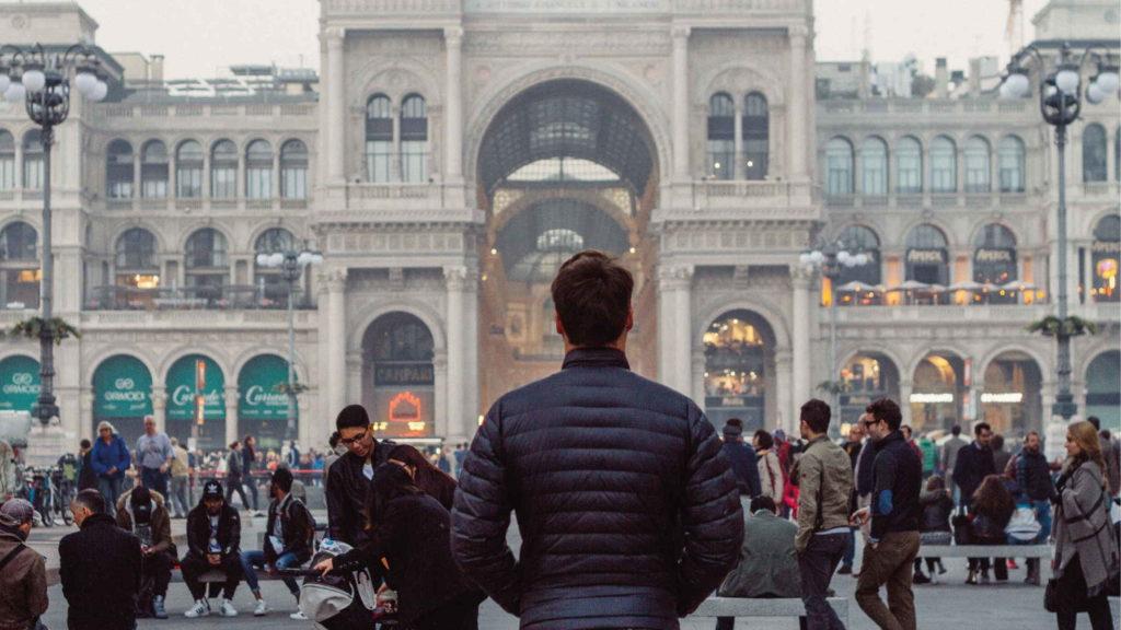 Мужчина стоит и смотрит на улицу города
