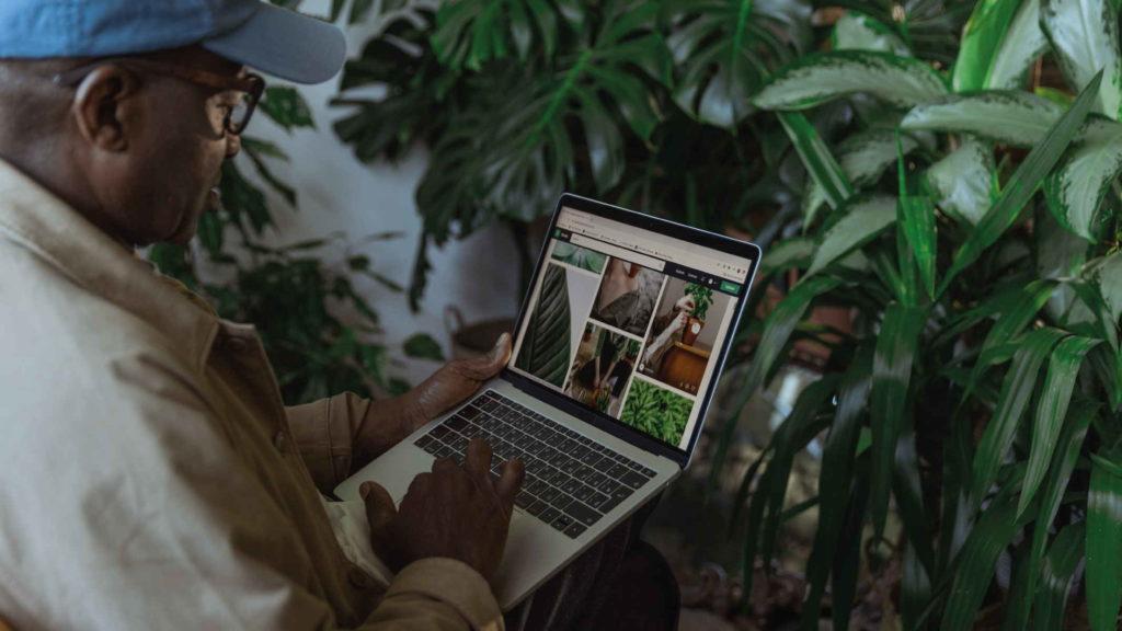 Пожилой афроамериканец смотрит интернет страницы