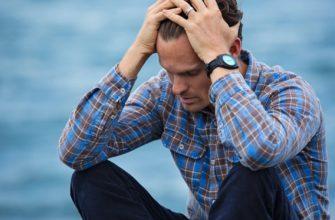 Растроенный парень сидит у моря