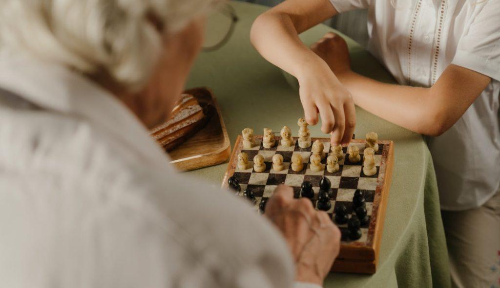 Внучка и бабушка играют в шахматы