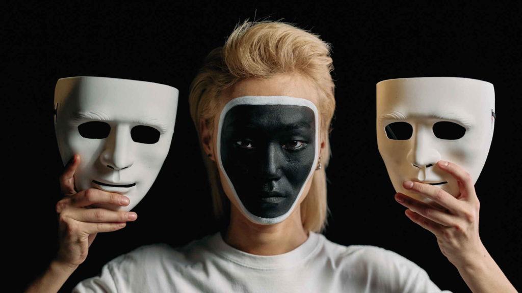 Женщина с двумя театральными масками