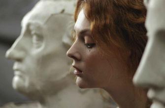 Девушка чсв сидит рядом со статуями