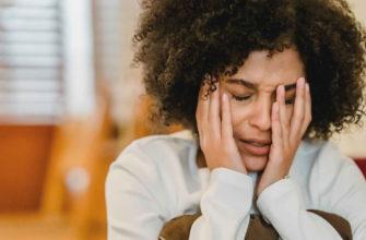 Девушка с кудрявыми волосами плачет