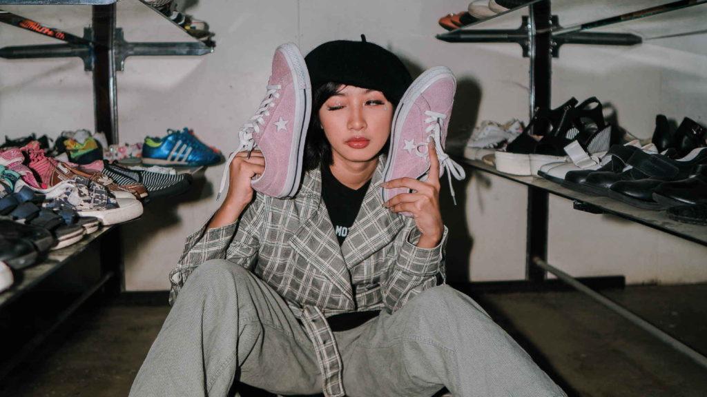 Девушка сидит в гардеробной с обувью